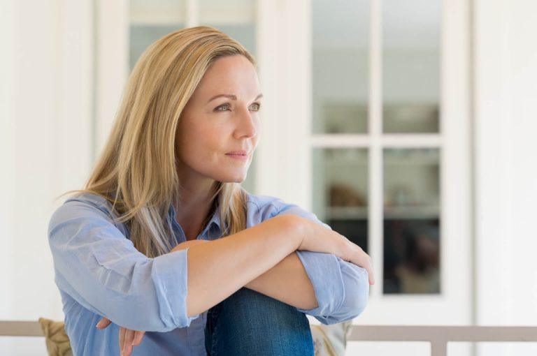 Een vrouw denkt aan haar toekomst en pensioen